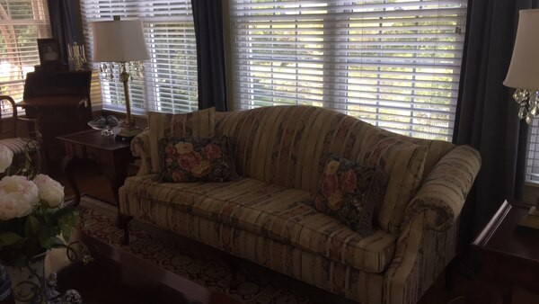 Couch 5fb5c7ca-58e7-4a22-bf2d-c672f779ade4