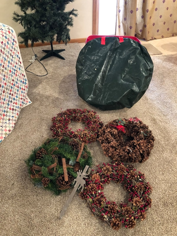 Used 4 Christmas Wreaths With Storage Bag And Silver Wreath Hanger