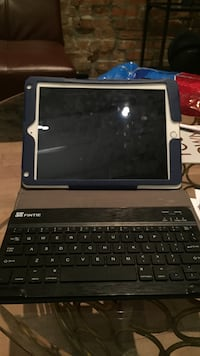 Ipad case with bluetooth keyboard Montréal, H2Y 1S5