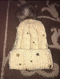 white knit bobblehead hat w/ pearls and stars