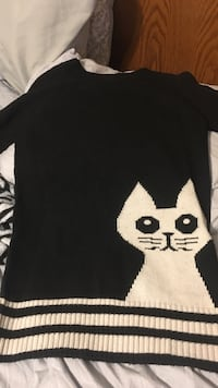 black and white cat embroidered crew-neck shirt