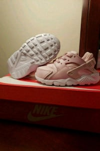 pair of white Nike Huarache shoes with box Stephens City, 22655