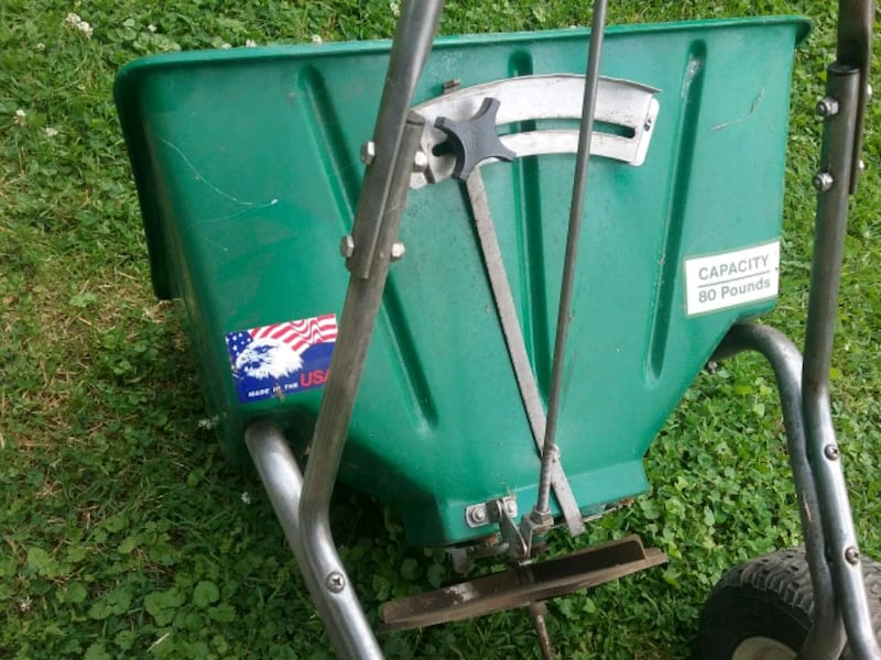 Lesco 80lb commercial lawn spreader  1