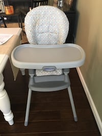 baby's white and gray Graco high chair Chantilly, 20152