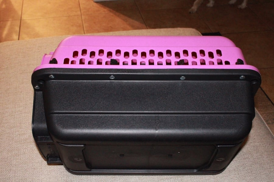 Pink and black dog/ animal kennel e29ccb95-5a7d-4c35-a689-be0d5ecd309f