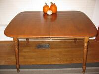 Vintage Heywood Wakefield table and 7 chairs 18 km