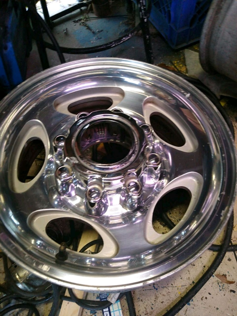 Photo 8 lug Ford 16 in rims w all center caps like new