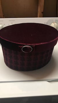 Beautiful velvet hat box filled with velvet silk rose petals 33 mi