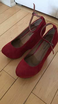 Women's pair of red suede Cheesee-girl pumps 6 Montréal, H4N