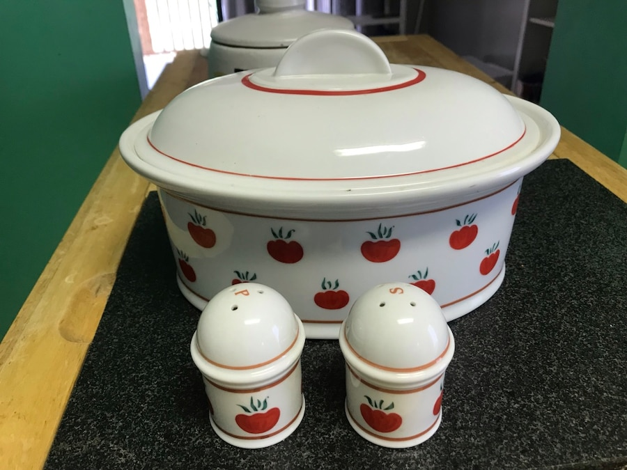 Photo Salt and pepper shaker with serving bowl