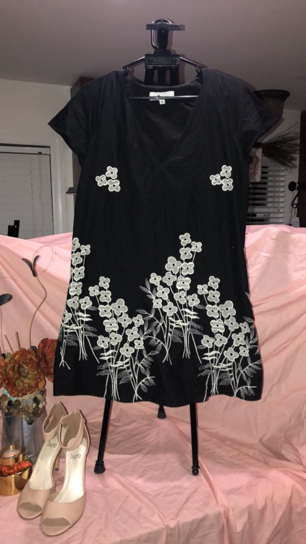 black and white floral scoop neck shirt