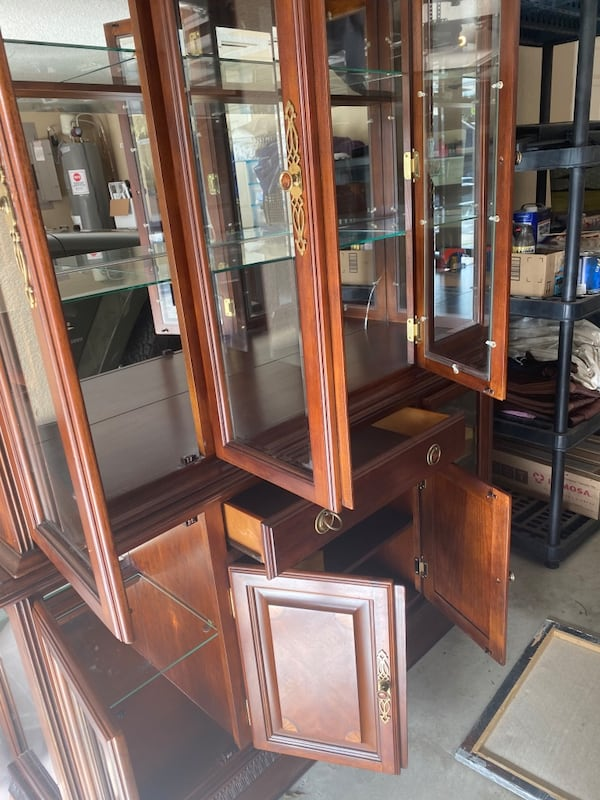 China cabinet 977e89f8-c158-4bfd-87a7-ab02f11690db