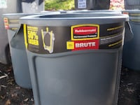 Rubbermaid Brute 32 gallon trash can with lid Montgomery