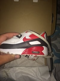 unpaired white and red Nike Air Max shoe Toronto, M9W 3M5
