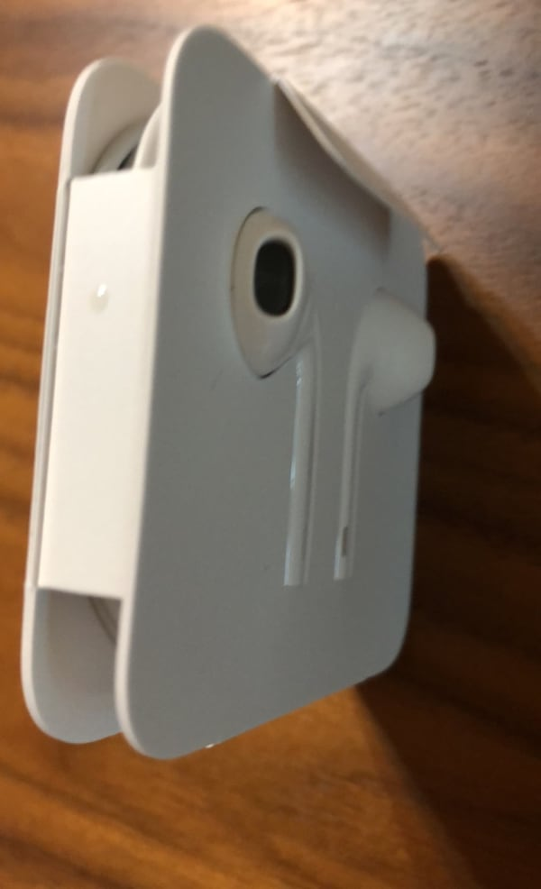 apple earbuds,  genuine from iphone 6, never used 86c818ca-e884-4d28-96f0-a9580b5bcf04