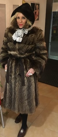 Raccoon  coat from Canada. Extremely warm. Size 6. Barcelona, 08013