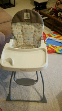 baby's white and gray high chair 27 km