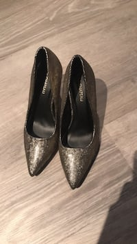 Le chateau size 6 heels Stonewall, R0C 2Z0