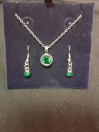 Green stone earrings and necklace set. New 1219 mi
