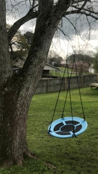 Round Saucer Swing.   Awesome Fun!  All cables included. Like new!