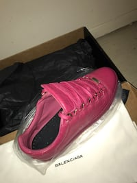 New balenciagas low top area sneakers  543 km