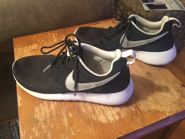 separation shoes d6325 cfb57 NIKE Roshes Youth Boys Size 6 Black/White
