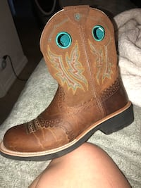 Size 9.5 only wore for 2 hours at most for a wedding they are ariat fat baby  asking 90 obo  Mesa, 85208