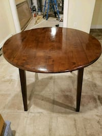 Beautiful Kitchen  table with glass top 391 mi