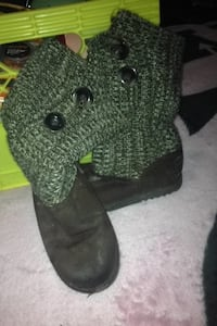 pair of black-and-green knitted boots Lloydminster (Part), S9V 0Z8