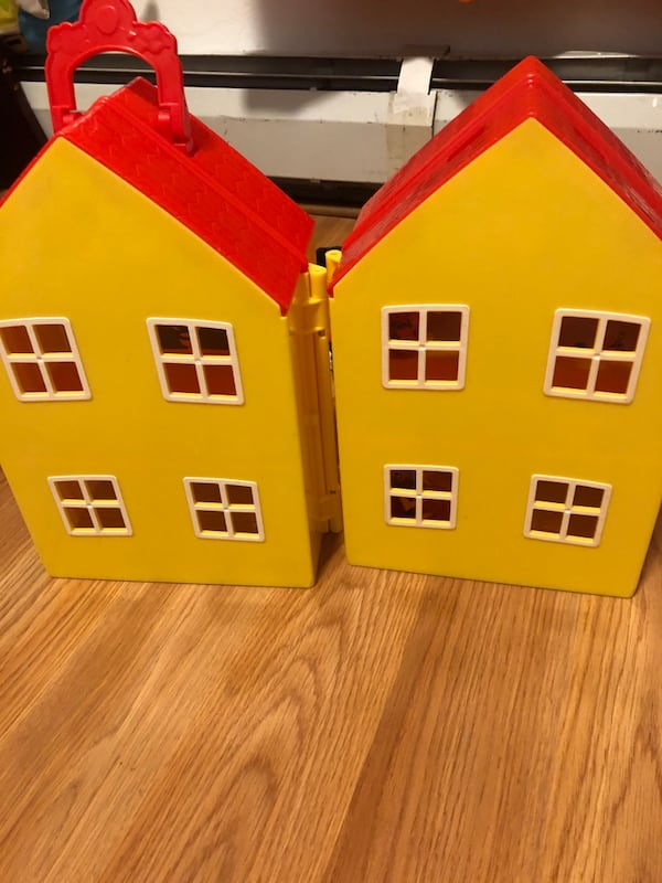 Two peppa pig house d22944d8-0b23-4fc9-83e1-6c1a39294663