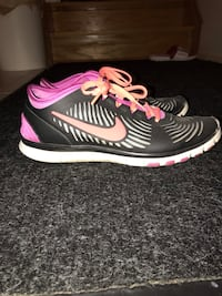 pair of gray-and-pink Nike running shoes 553 km