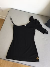 One sleeved halston black top size 2 or S Toronto, M6P 1Y6