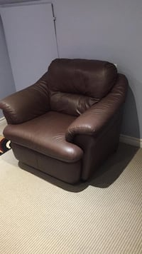 Very comfy Maroon leather chair Newmarket, L3X 2Y3