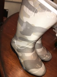Girl size 13 UGG rain boots  Washington, 20010