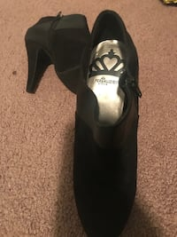 pair of black leather heeled shoes 298 mi