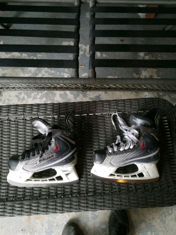 pair of black-and-white youth skates cff599fd-d0e2-49a8-a4af-752d275b344e