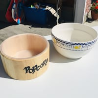 Set of two pop corn bowls excellent condition  Calgary, T3K 6E8
