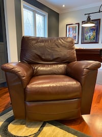 Selling leather recliner Newmarket, L3X 1P1