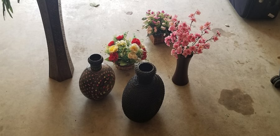 Artificial plants and traditional flower pots 0