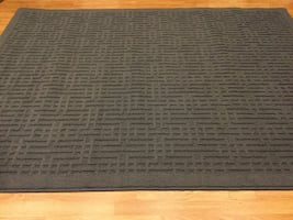 Brand new area rug 5 ft / 7 ft