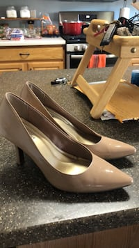 pair of white leather pointed-toe pumps Albuquerque, 87114