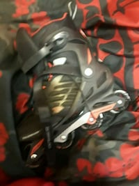 unpaired black and gray inline skate