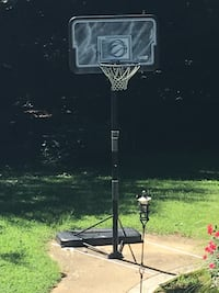 Basketball hoop. Great condition put up and barely used Woodbridge, 22193