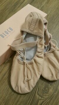 BLOCH lether ballet shoes size 1 1/2C London, N5Y 4R5