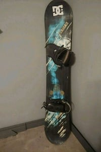 black and blue snowboard with bindings 3502 km