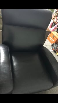 Nice leather chair good for relaxing only issue has some scratches on the hand Beaverton, 97003