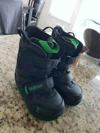 pair of black-and-green snow boots California, 20619
