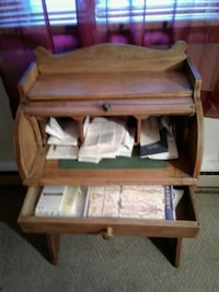Brown mini roll up desk whit one drawer in good co 42 mi