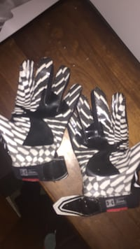 pair of black-gray-and-black Under Armour gloves