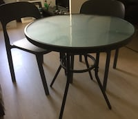 Table ronde + 2 chaises